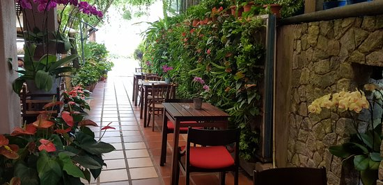 Ferringhi Coffee Garden: Outdoor Seating