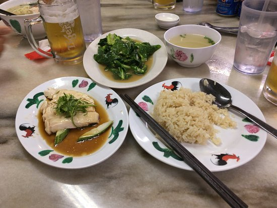 Wee Nam Kee Hainanese Chicken Rice Restaurant: スチームのチキンライスと空心菜の炒め物
