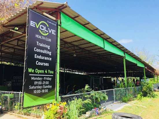 Evolve Health Club Koh Phangan: Big space and good air with Sea view on the back for the gym