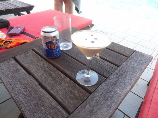Lubok Antu, Malaysia: Great drinks and cocktails to enjoy in the pool area