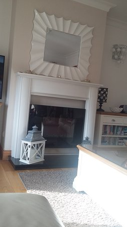 Carraroe, Irland: Beautiful fireplace and well stocked bookcase with dvds also