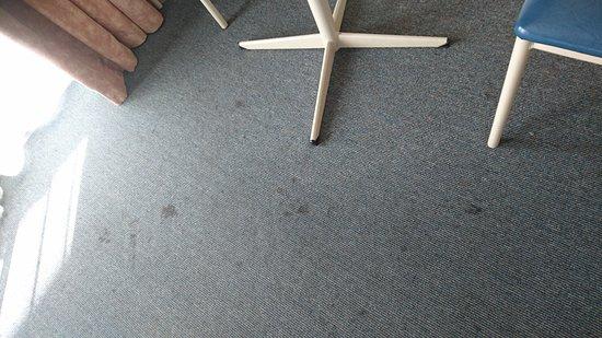 Aurora Alice Springs: Teppich voll Flecken