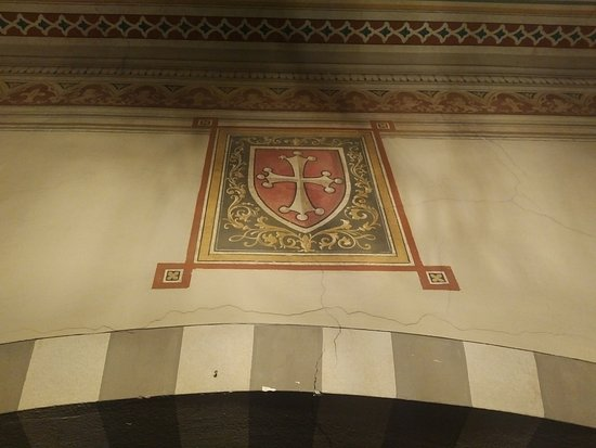 Royal Victoria Hotel: painting above bed arch