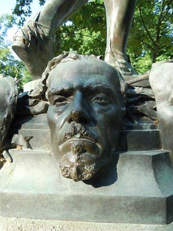 La Statue La Marchande de Masques