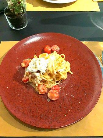 Mixi Gastropub: Pasta pomodorini,burrata e granella di pistacchio! Buonissima :)
