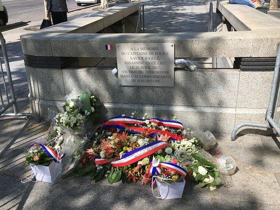 Champs-Elysees: テロ事件のメモリアル