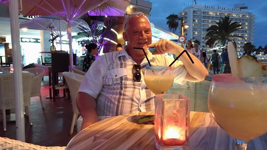 Waikiki Beach Cocktail Bar: Début de soirée agréable.