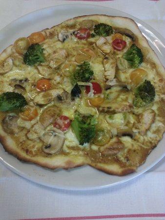 Valognes, فرنسا:  pizza du mois poulet braisé crème au curry brocolis tomates cerises 