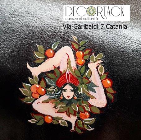 trinacria dipinta a mano particolare pochette artigianale in pelle Decortack