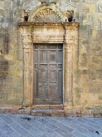 Chiesa di San Dalmazio: Portale rinascimentale (l'originale è in mostra all'interno della Chiesa)