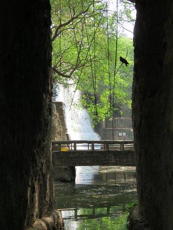 Ο Κήπος των Βράχων του Chandigarh: Man made waterfalls Inside the rock garden