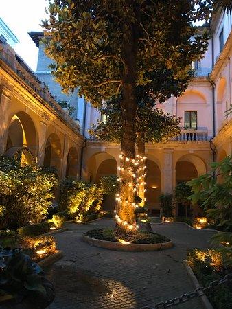 Palazzo Cardinal Cesi: Garden in the evening
