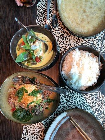 Burgenstock, สวิตเซอร์แลนด์: oben: green curry, unten rindshackfleisch im wok mit ei