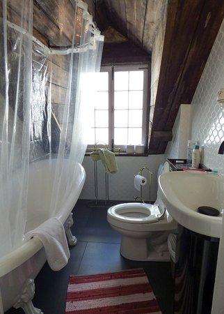 Our bathroom at Maison Historique James Thompson