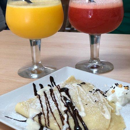 Quart de Poblet, Hiszpania: Zumo de piña, mango y naranja y crepe de chocolate blanco & zumo de fresa y naranja y crepe de q