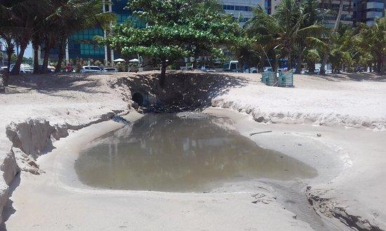 Praia de Pajuçara: Um dos DOCE esgotos que despejam bacterias e fezes nas praias da cidade