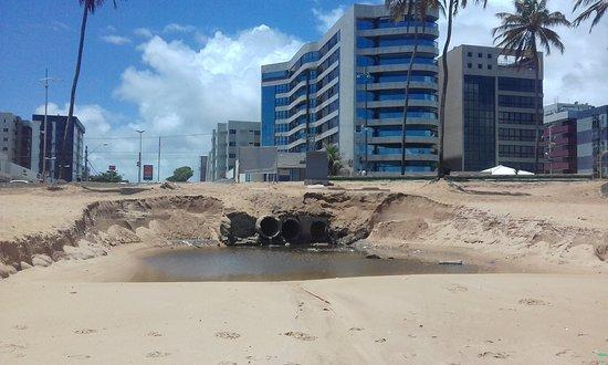 Praia de Pajuçara: Mais esgotos..