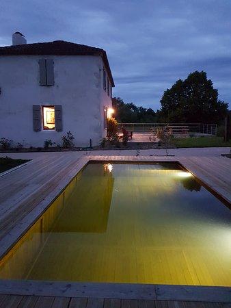 Gers, França: Piscine écologique O2Pool at night à Lassenat éco-maison d'hôtes en Gascogne