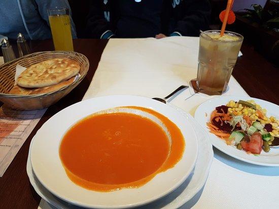 Herzogenrath, ألمانيا: tomato soup, bread, salad