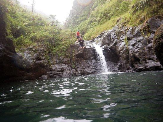 Mahina, French Polynesia: Un des sauts dans l'eau fraîche, par temps de pluie