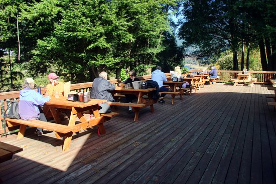 Agness, Oregón: Outdoor deck over looking the Rogue River.