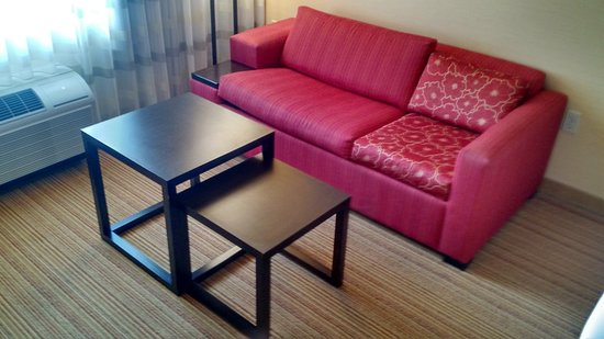 Courtyard By Marriott Maui Kahului Airport: Couch Turns Into Bed