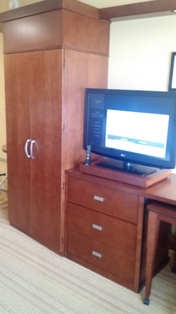 Courtyard by Marriott Maui Kahului Airport: Flat screen TV, drawers & closet