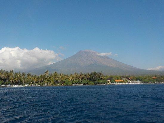 Abyss Dive Center Bali: Toujours en vue le volcan Gunung Agung