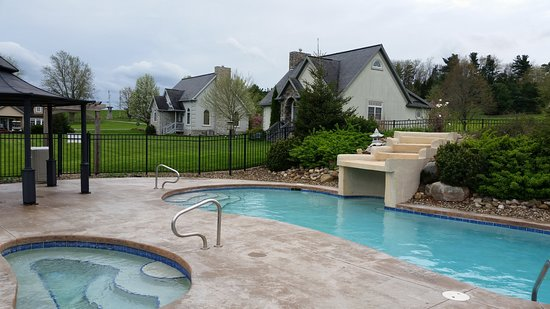 Premier Carriage House Cottages: Pool area