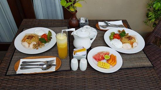 Nyuh Bali Villas: Breakfast by the pool