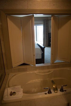 Hotel Bellwether: Bath area opens to main room