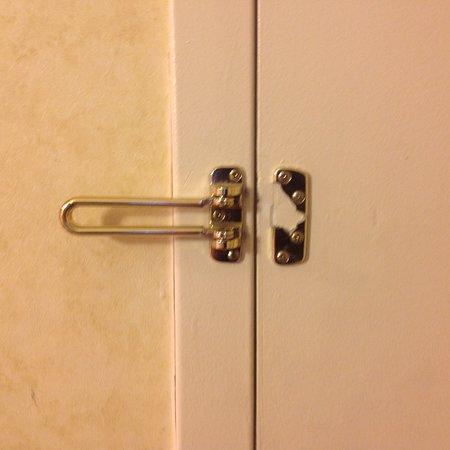 Red Lion Hotel Pocatello: Broken safety latch