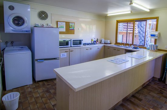 Tawonga, Australia: Guest Kitchen Including All Utensils, Pots, Salt, Pepper, Oil Etc With Laundry and Dryer
