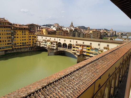 Hotel Degli Orafi: vista desde la habitación al Ponte Vecchio y el Arno
