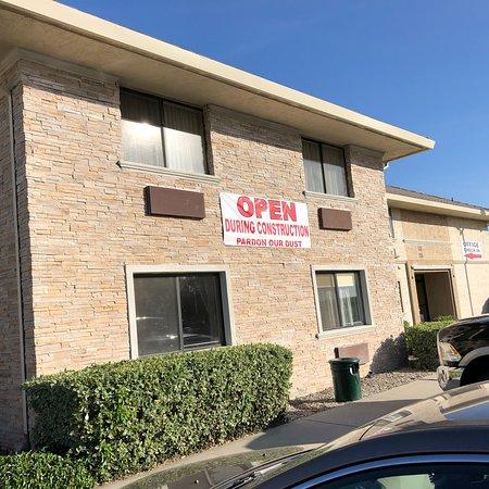 Modesto, CA: Une honte! Hôtel en rénovation !!! Booking.com comme Trip advisor vendent des hôtels sans avoir