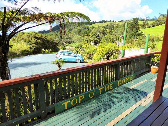 Warkworth, New Zealand: Top O The Dome Cafe deck and car park