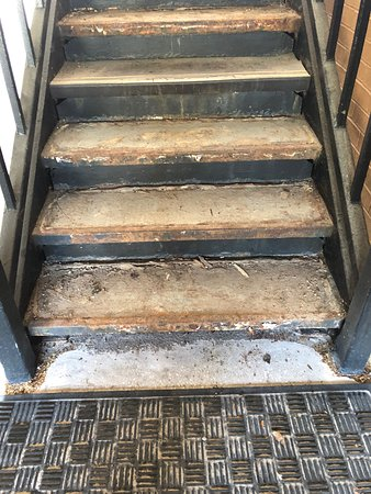 Best Western Truman Inn: Generally what the staircases looked like