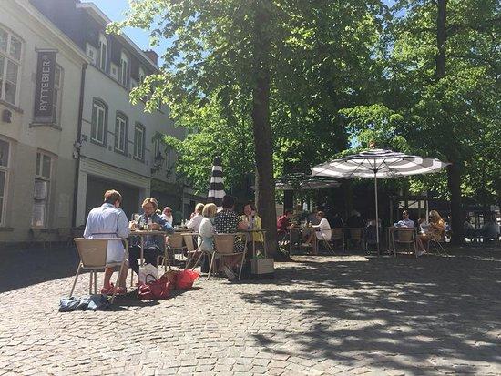 Zomers terras met mogelijkheden in de zon en in de schaduw. foto