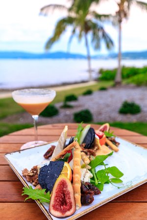 Northerlies Beach Bar and Grill: Entree platter with Mango Weiss cocktail