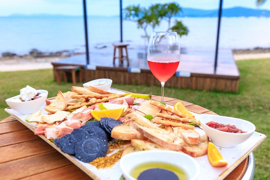 Northerlies Beach Bar and Grill: Cheese platter and wine