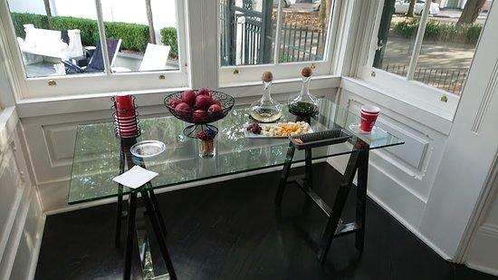 Melrose Mansion: Varje dag serveras det vin, ost och frukt under en timme på eftermiddagen