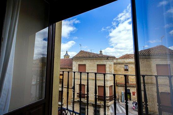 Hospederia Castilla Plaza Mayor: Vistas desde Habitación Triple con Balcón