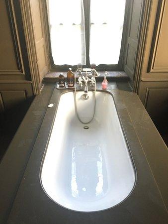 Monastere de Brucourt: Magnifique baignoire, malheureusement peu pratique pour la douche