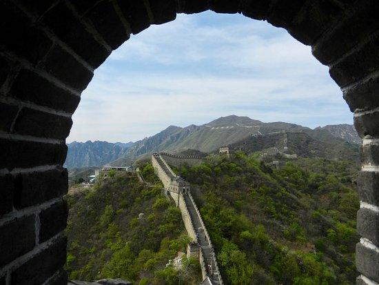 Σινικό Τείχος στο Μασιάνου (Mutianyu): Great Wall at Mutianyu from a hilltop tower