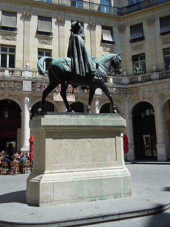 La statue d'Edouard VII: La statue sur son socle