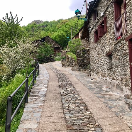 Tavascan, إسبانيا: Precioso con caminos que recorrer