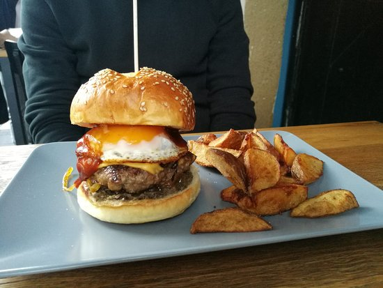 Otto&Frank: Burger with truffle, bacon, egg, BBQ sauce, hommemade fries