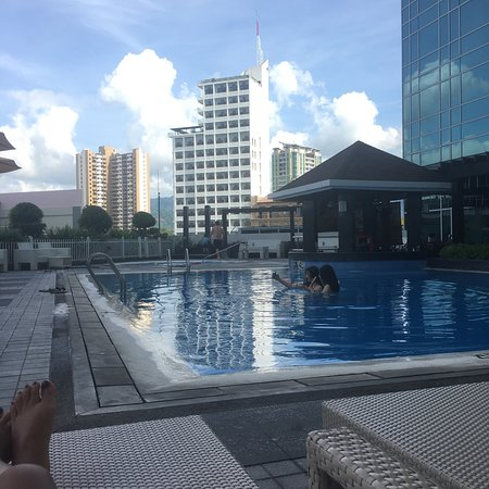 Quest Hotel and Conference Center - Cebu: Corner Room on 17th Floor