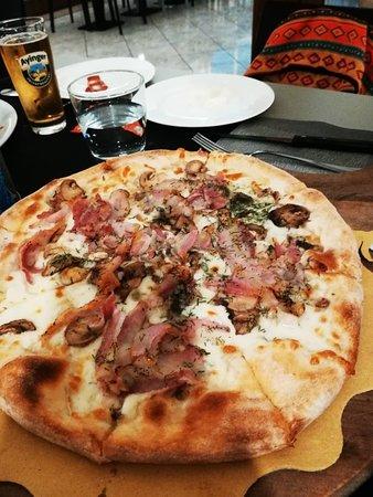 Monte San Giusto, Italia: Pizza pancetta, finocchietto e funghi. 5 sensi Integrale bianca