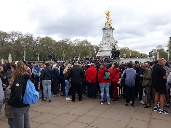 Queen Victoria Memorial: Mob at changing of the guard.